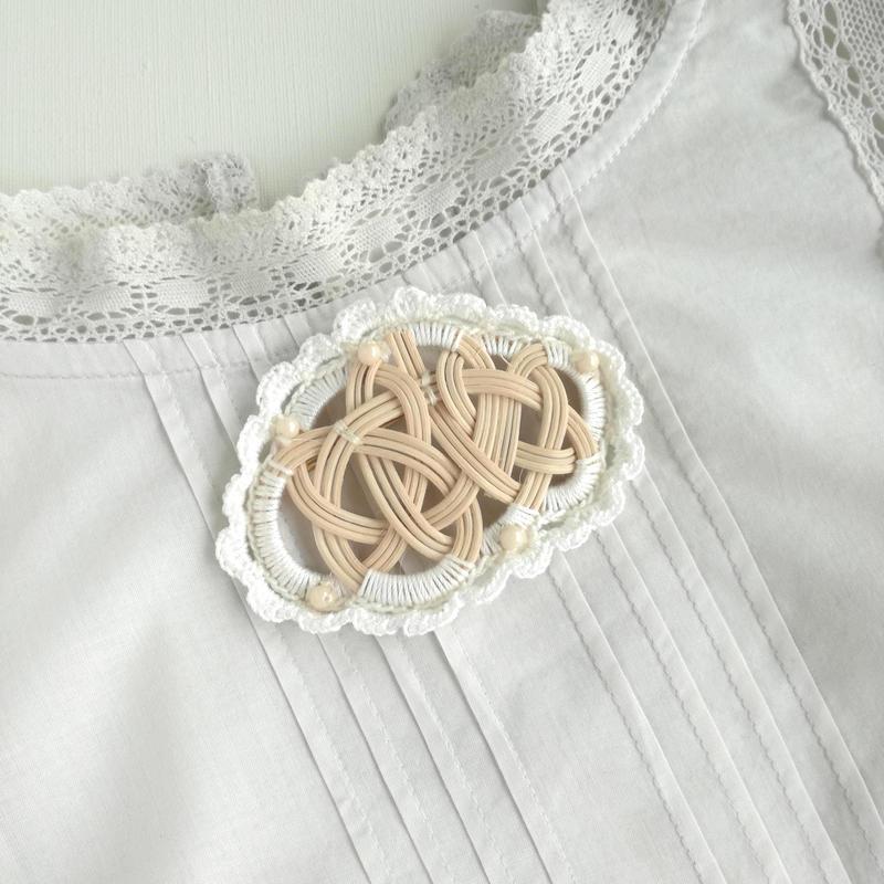 YOSHIKO カゴアクセサリー ブローチ 白ビーズ 縁編みつき