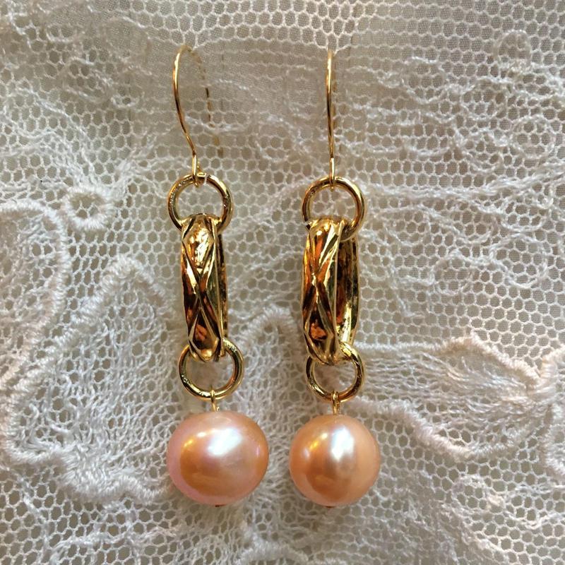 Freaque ヴィンテージゴールドチェーンとピンク真珠のピアス