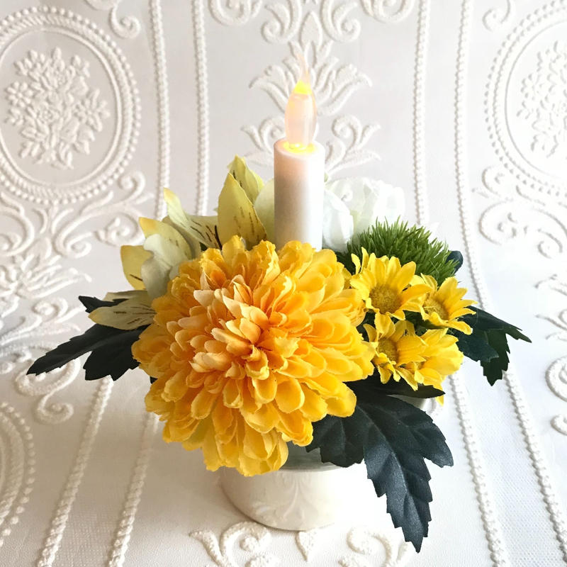 ◎再販 仏花〈火を使わない LED ロウソク 〉お供え花*鞠花 B32  (花器 光沢アイボリー色)