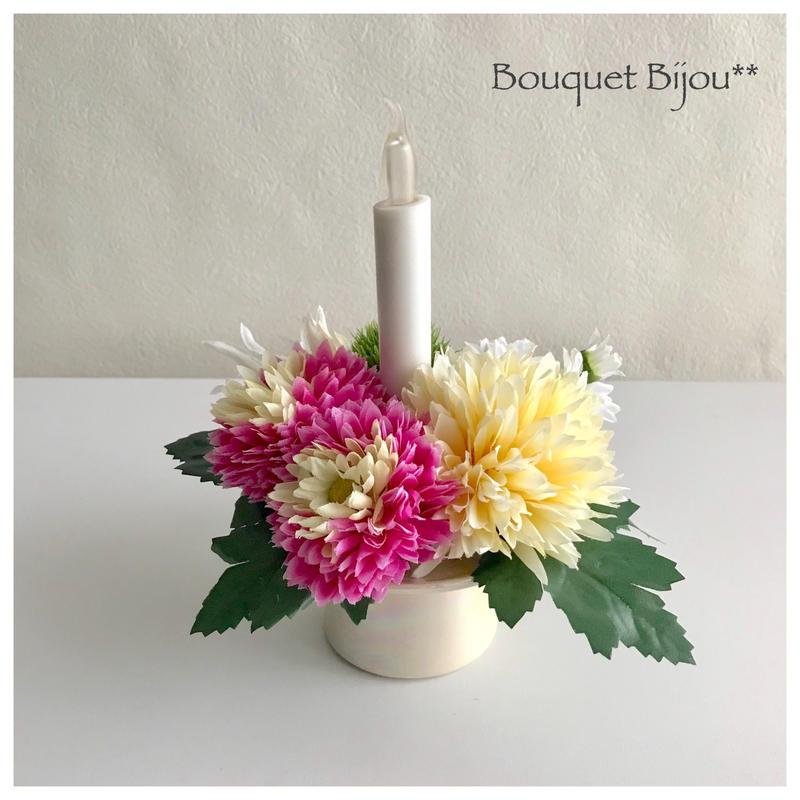 ■お供え花【火を使わない LED ロウソク 仏花アレンジ 】優しいピンクアイボリー *鞠花B52(花器 光沢アイボリー色)