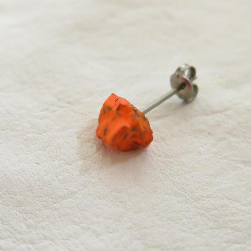 ナンタン隕石チタンピアス 蛍光オレンジ