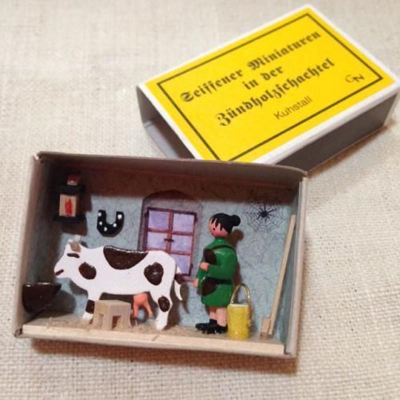 マッチ箱126・乳しぼり(牛舎)