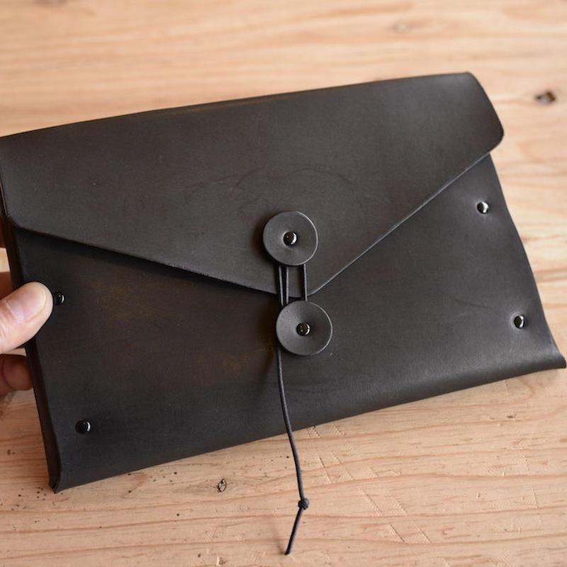 黒い牛ヌメ革のくるくるクラッチバッグ