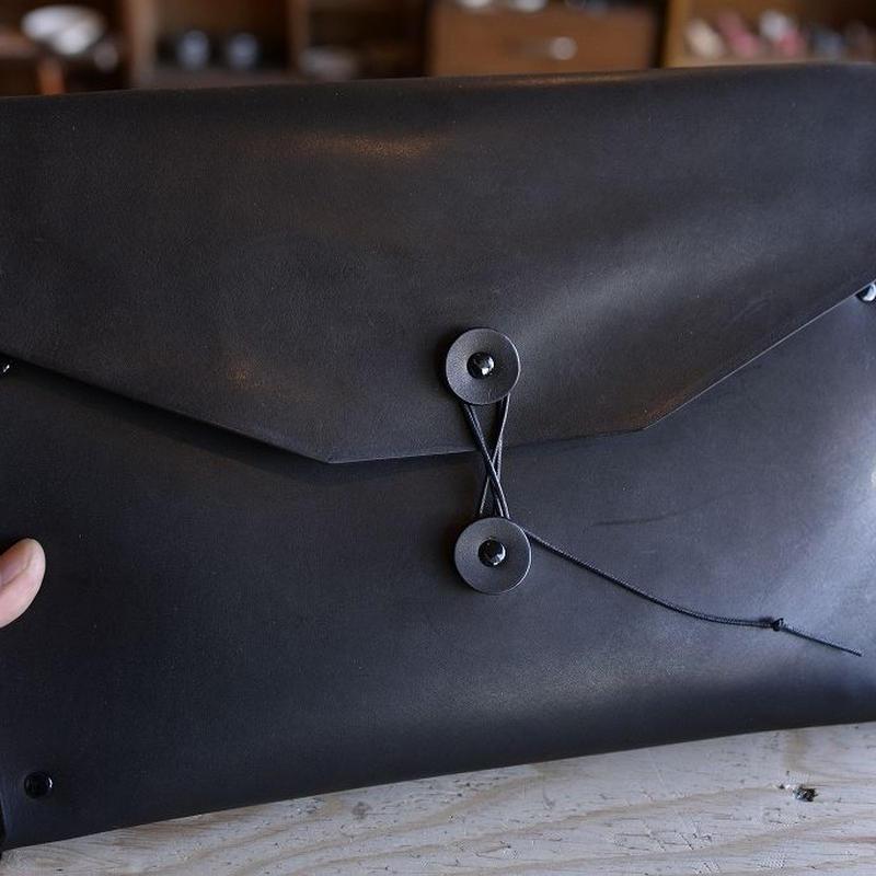 黒い牛ヌメ革のくるくる付きのMacBook Airケース