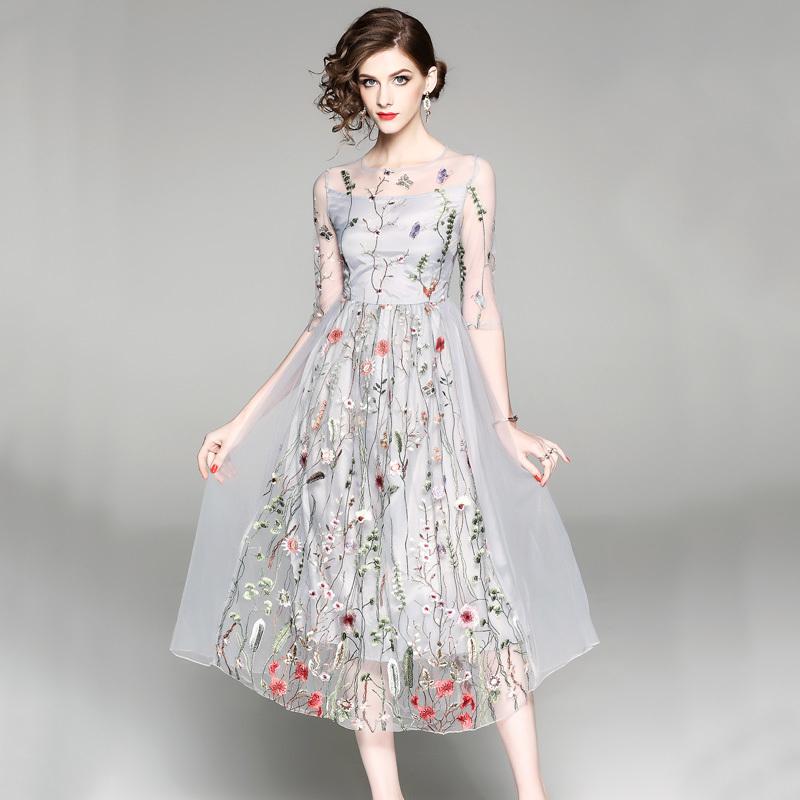 20代 花の刺繍がオシャレなシースルーロングドレス