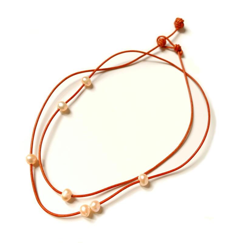 オレンジ革紐と淡水パールのネックレス