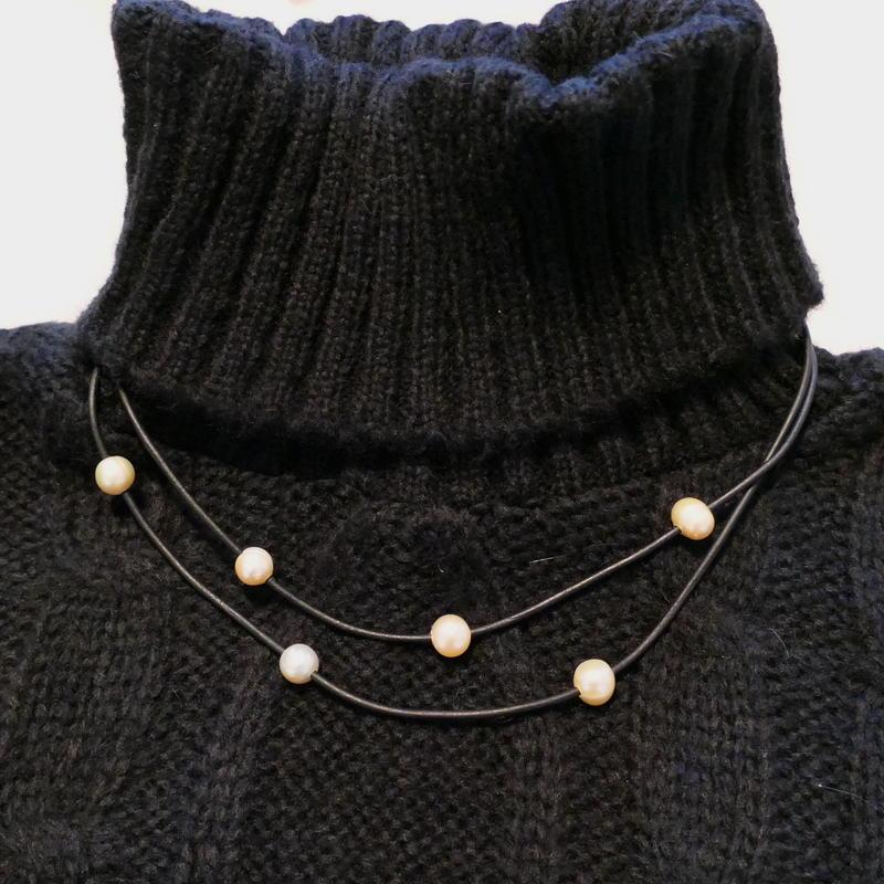 ブラック革紐とピンクパールの二連ネックレス