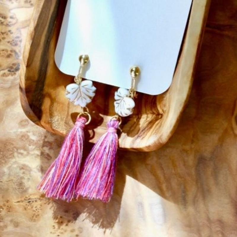 Ivy leaf beads and pink tassel/つたの葉ビーズとピンク系タッセルのイヤリング