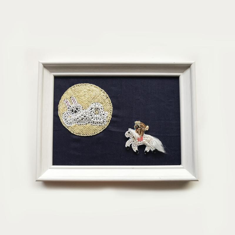 額ブち「月よりーミクロとマクロー」 乗馬犬のブローチ + 月うさぎの額 /吉丸睦 Mutsumi Yoshimaru