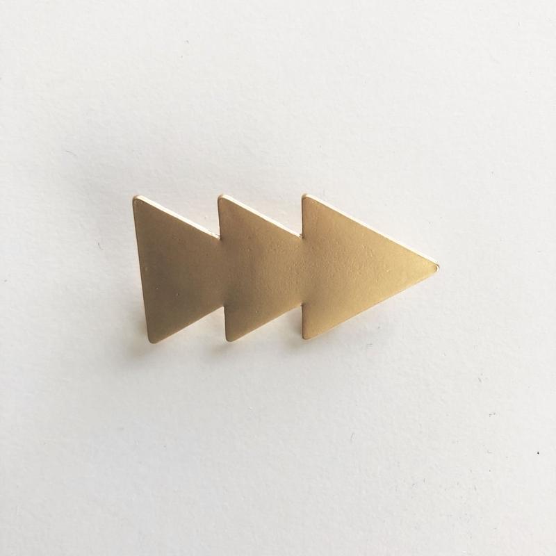 三角ブローチ