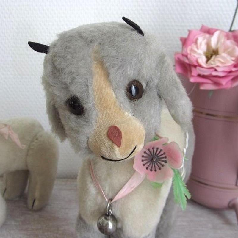 つぶらな瞳の子山羊のぬいぐるみ