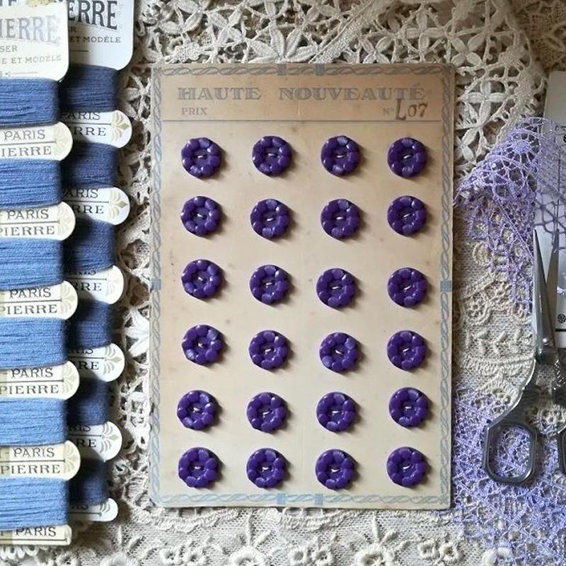 お花のようなモチーフのヴィンテージボタンシート 紫(小さめ)24個(紫)