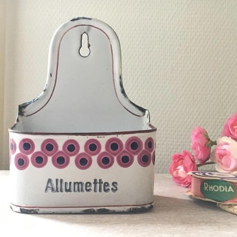 BB社濃いピンクのレトロ柄アリュメット缶