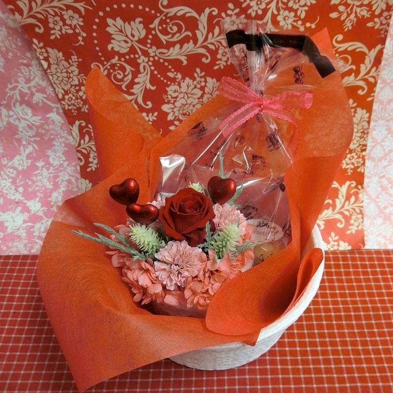 ハート柄の陶器カップにアレンジした薔薇のプリザーブドフラワーとハートの焼き菓子2袋のギフトセット