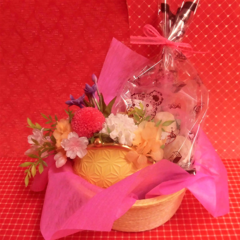 がまぐち型陶器にピンポンマムのプリザーブドフラワーアレンジと桜の焼き菓子2袋のギフトセット