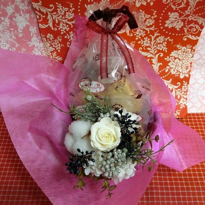 シックな陶器カップにアレンジした綿(わた)と薔薇のプリザーブドフラワーと冬の焼き菓子8袋のギフトセット