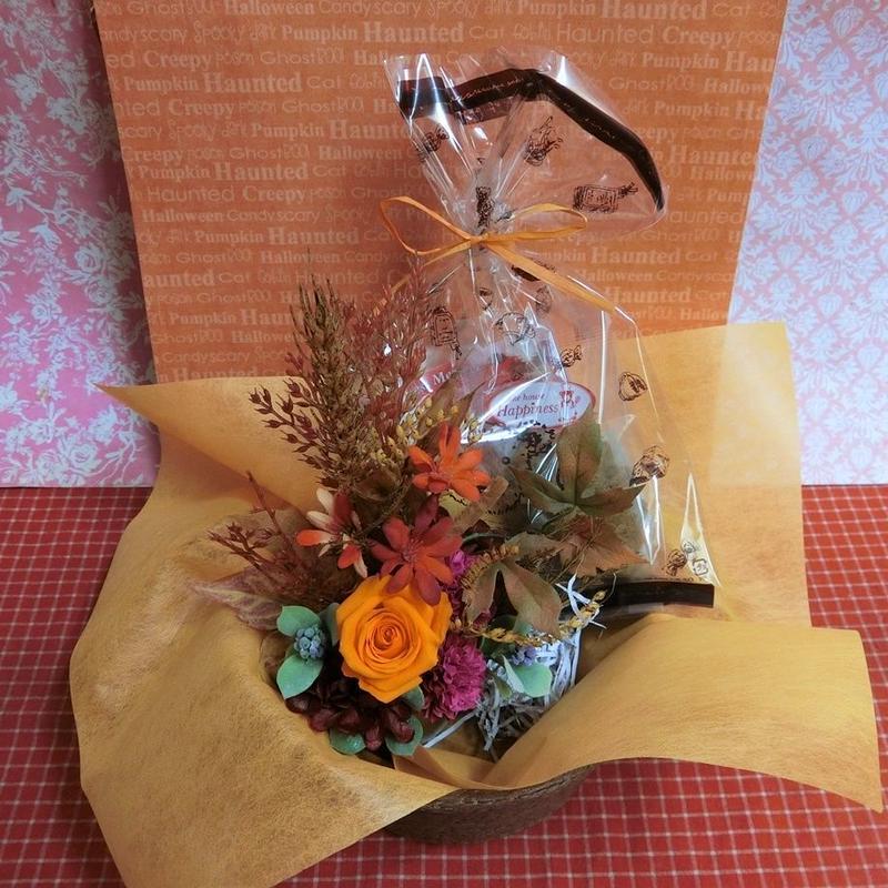 薔薇のプリザーブドフラワーを使った秋色アレンジと秋の焼き菓子2袋のギフトセット♪  のコピー