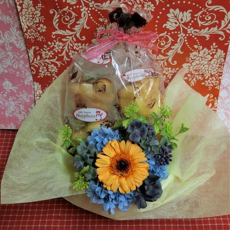 ガーベラのプリザーブドフラワーに四つ葉のクローバーをあしらったアレンジと野菜や果物の焼き菓子8袋のギフトセット