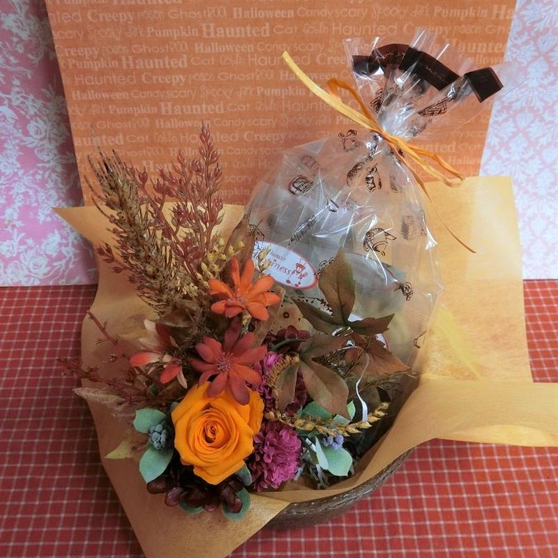 薔薇のプリザーブドフラワーを使った秋色アレンジと秋の焼き菓子6袋のギフトセット  のコピー