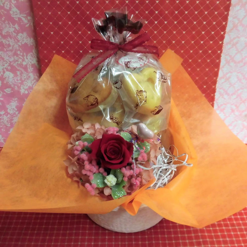 エレガントなハートの陶器にアレンジした薔薇のプリザーブドフラワーとハートの焼き菓子8袋のギフトセット