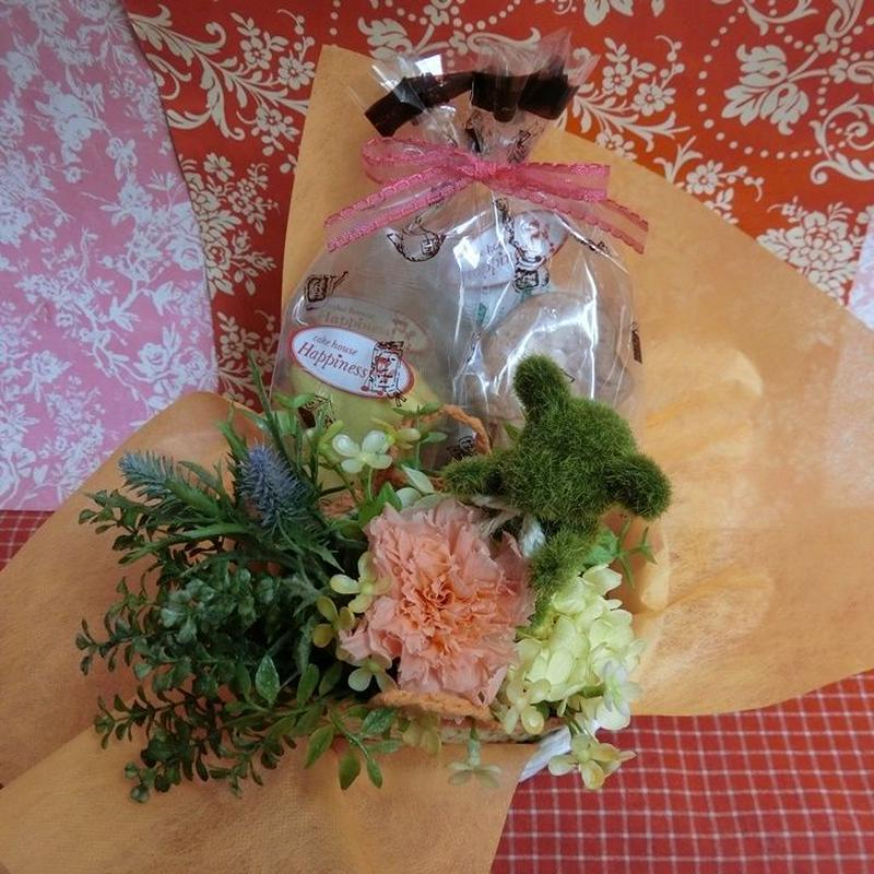 かごに入れたクマちゃんとカーネーションのプリザーブドフラワーアレンジと野菜や果物を使った焼き菓子8袋のギフトセット♪