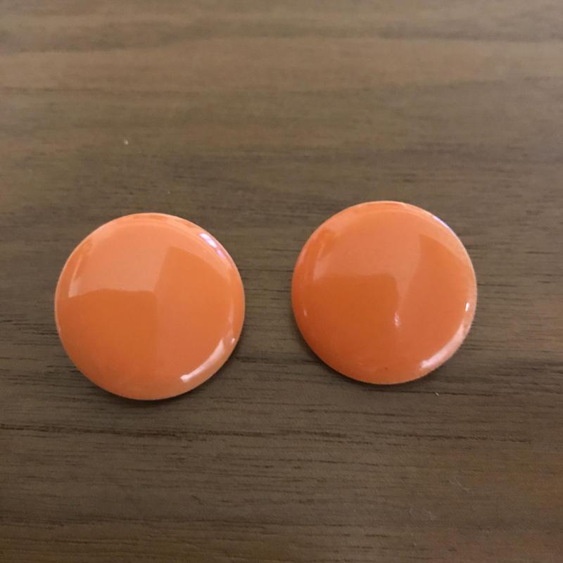 No.314 バッチのようなオレンジイヤリング