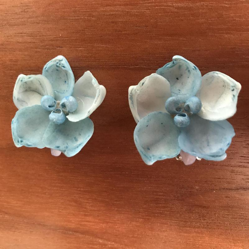 NO.322 淡いブルーのお花モチーフシェルイヤリング