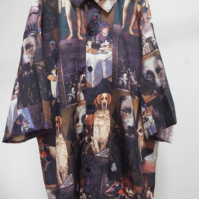 金持ちの家の出の犬の柄のシャツ