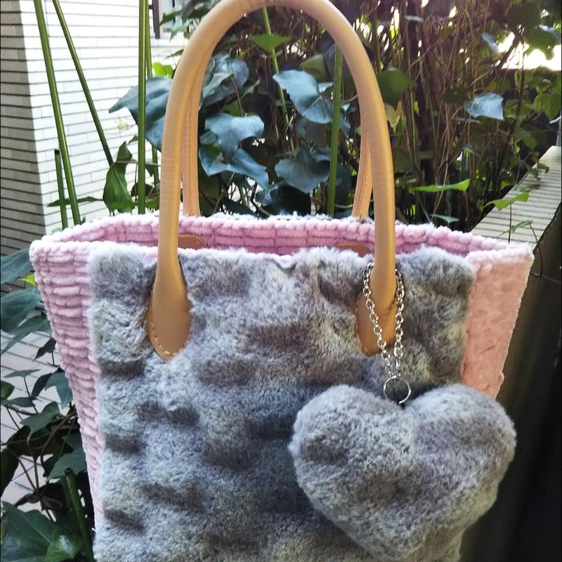 グレー&ピンクのフワフワバッグ