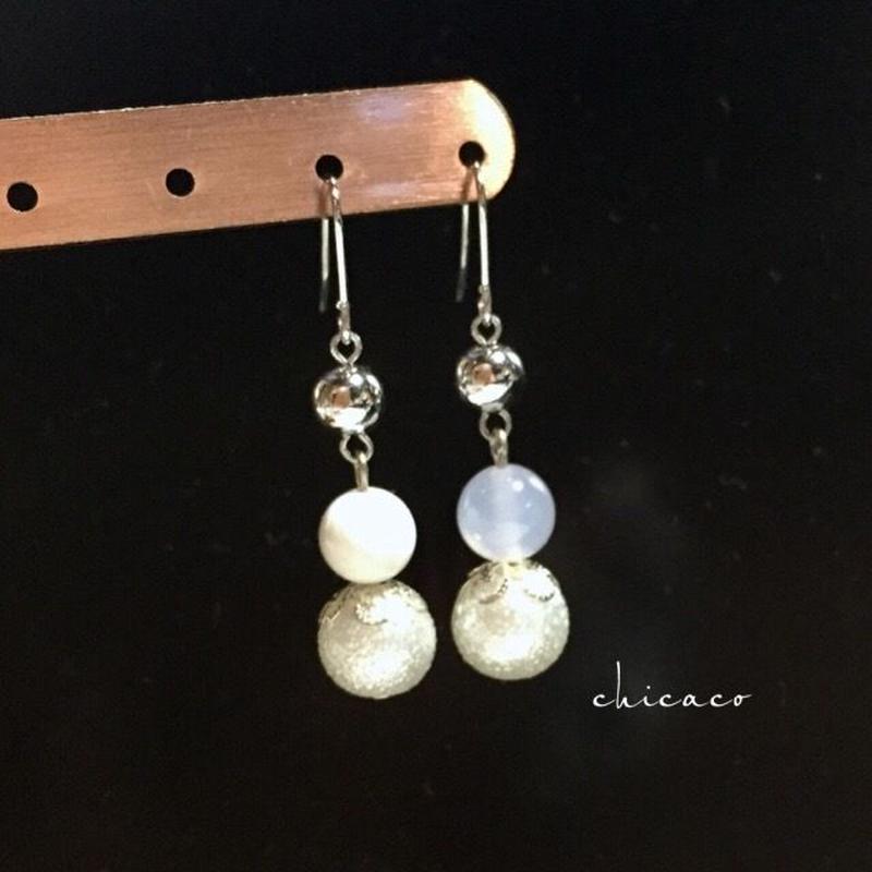 ホワイトカラーの天然石とパールのピアス/イヤリング