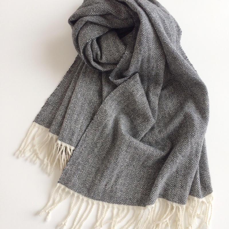 【近日発売予定】手織りのカシミヤショール(ヘリンボーン ホワイトネイビーブラック)