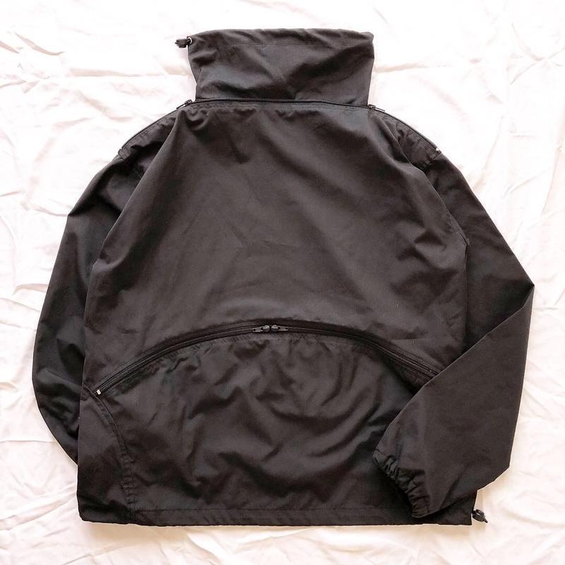 ブラック デザイン ハイネックナイロンプルオーバートップス / 古着 ビンテージ
