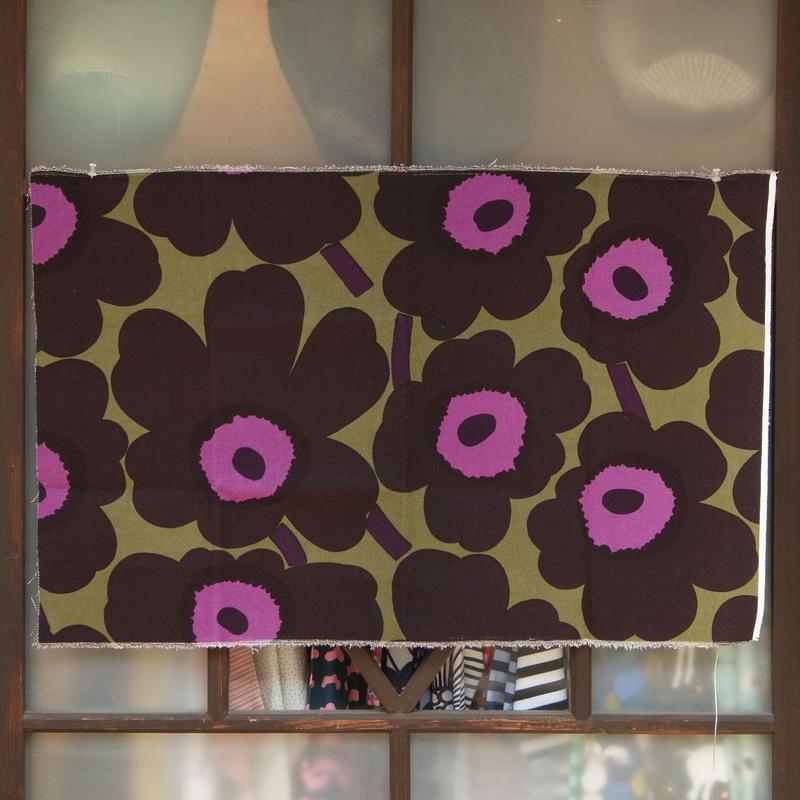 マリメッコ marimekko <Unikko>キャンバス・ファブリック(カーキ×ブラック×パープル)50×78cm 日本未入荷