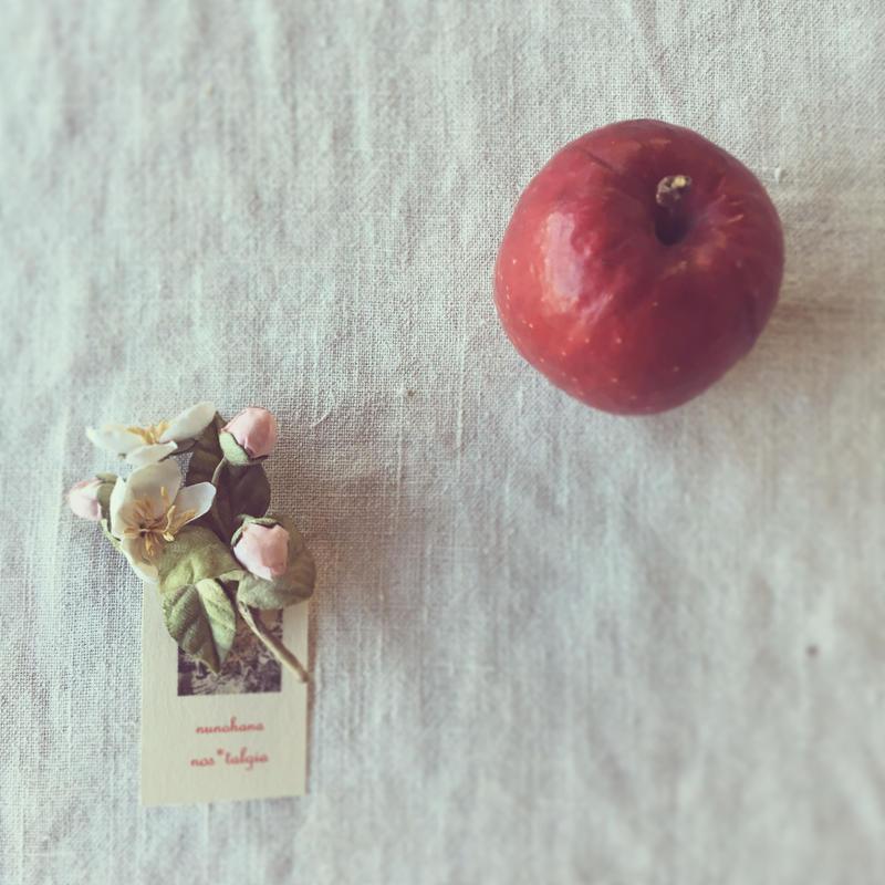 コサージュ :::  りんごの花