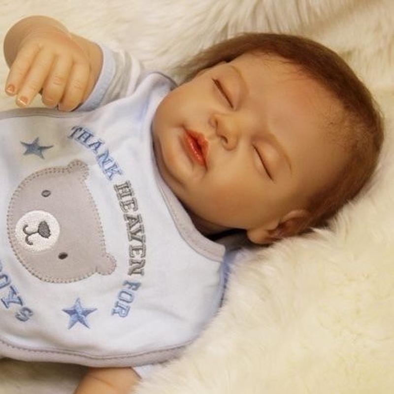 リボーンドール リアル赤ちゃん人形 本物そっくり かわいいベビー人形 ハンドメイド海外ドール 衣装付き クローズアイ すやすや おねんね中の男の子 本物みたいな乳児ちゃん