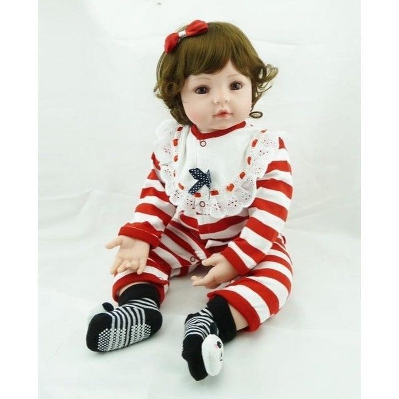 リボーンドール リアル赤ちゃん人形 本物そっくり かわいいベビー人形 ハンドメイド海外ドール 衣装とおもちゃ付きsボブヘア しましまパジャマの女の子 ブラウンアイ 幼児ちゃん トドラー