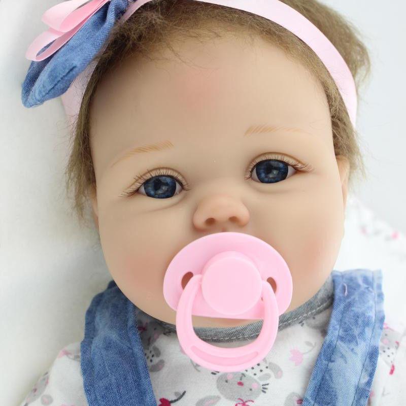 リボーンドール リアル赤ちゃん人形 本物そっくり かわいいベビー人形 ハンドメイド海外ドール 衣装付き ブルーアイ ぱっちりお目目 かわいいデニムドレスの女の子