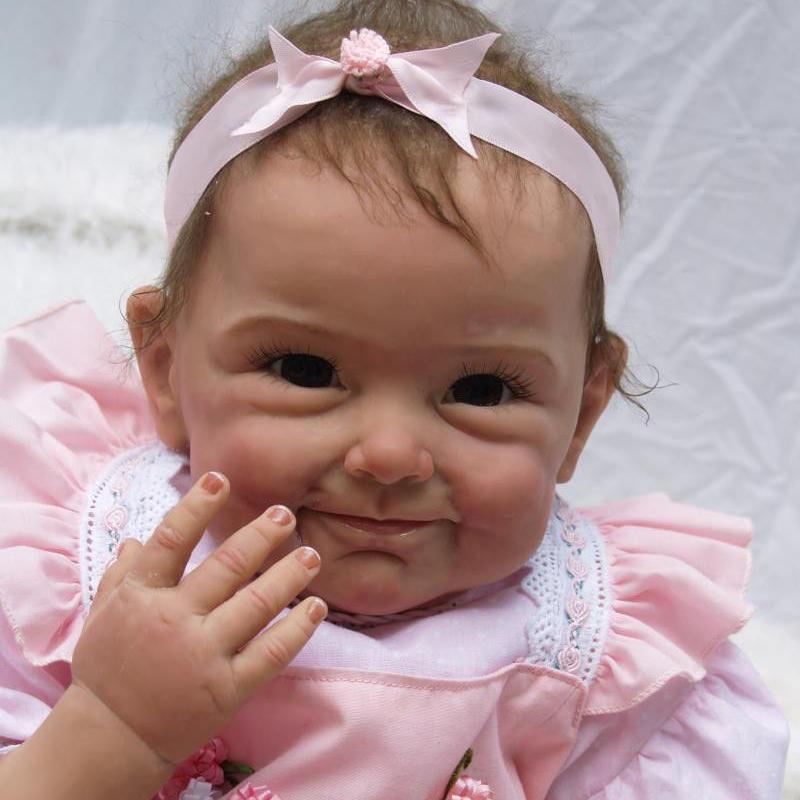 リボーンドール リアル赤ちゃん人形 本物そっくり かわいいベビー人形 ハンドメイド海外ドール 衣装と哺乳瓶・おしゃぶり付き 外国の女の子 ブラウンアイ お花のドレスの乳児ちゃん