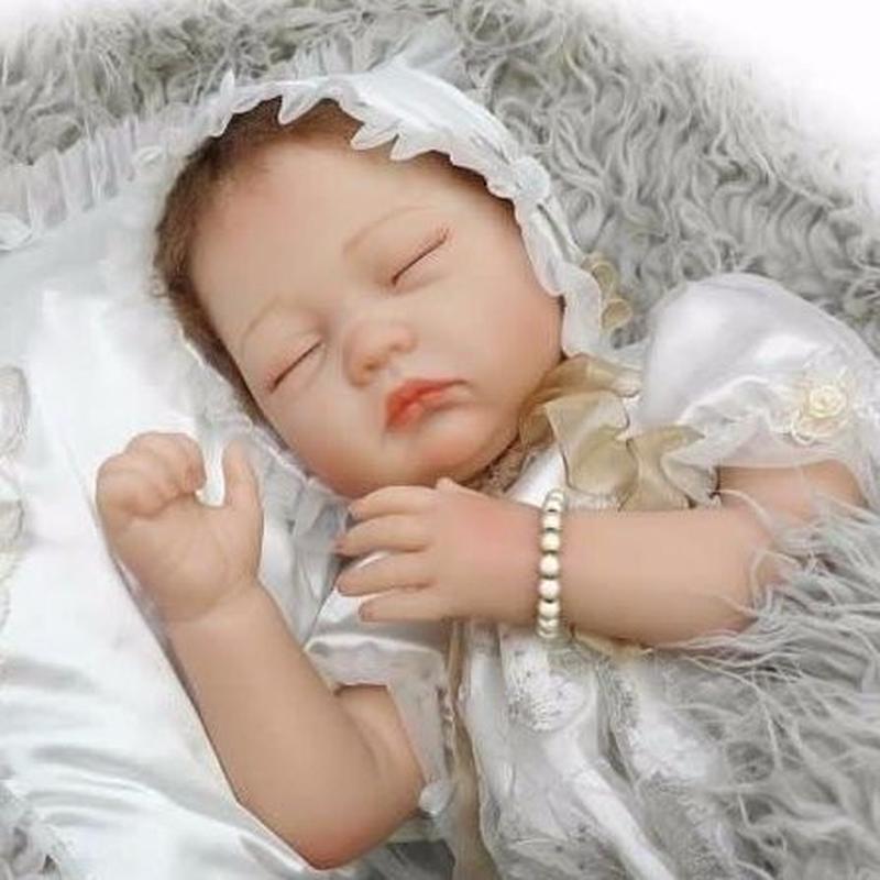 リボーンドール リアル赤ちゃん人形 本物そっくり かわいいベビー人形 ハンドメイド海外ドール 衣装と哺乳瓶・おしゃぶり付き クローズアイ 天使のような白いドレス かわいい女の子 お宮参り 熟睡中