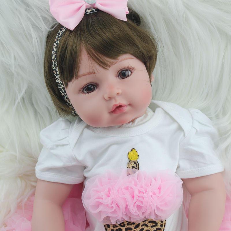 リボーンドール リアル赤ちゃん人形 本物そっくり かわいいベビー人形 ハンドメイド海外ドール 衣装とおもちゃ付き かわいいお目目の上品な女の子 ブラウンアイ 幼児ちゃん トドラー