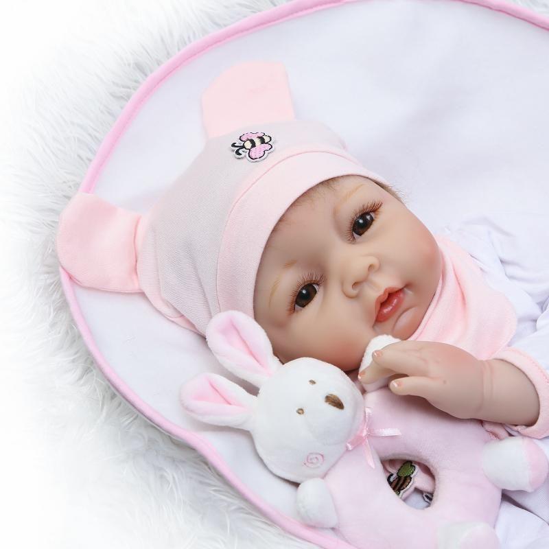 リボーンドール リアル赤ちゃん人形 本物そっくり かわいいベビー人形 ハンドメイド海外ドール 衣装と哺乳瓶・おしゃぶり付き かわいいお口の女の子 ブラウンアイ 新生児ちゃん