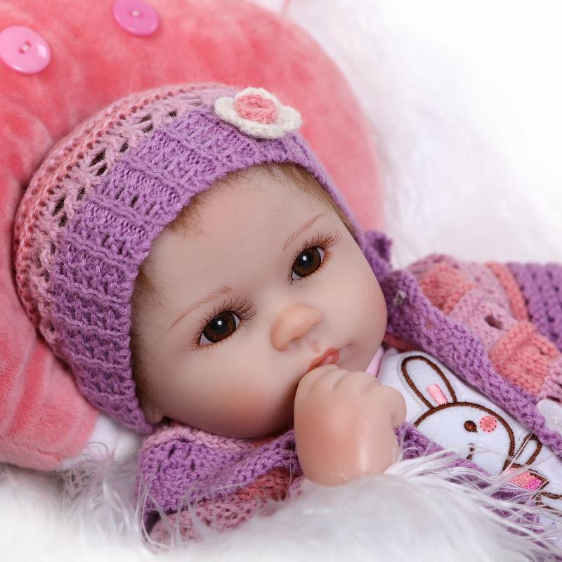 リボーンドール 赤ちゃん人形 ベビー人形 ベビードール 海外ドール リアル ハンドメイド 高級 服 衣装付き かわいい 茶色のおめめ 手編みのお帽子 甘えんぼうの乳児ちゃん 未熟児サイズ