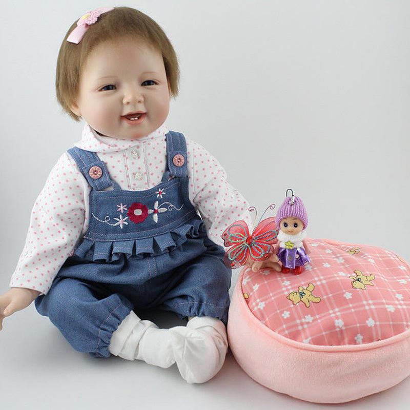 リボーンドール リアル赤ちゃん人形 本物そっくり かわいいベビー人形 ハンドメイド海外ドール 衣装とおもちゃ付き かわいいオーバーオール 満面の笑顔の女の子 ブルーアイ 乳児ちゃん