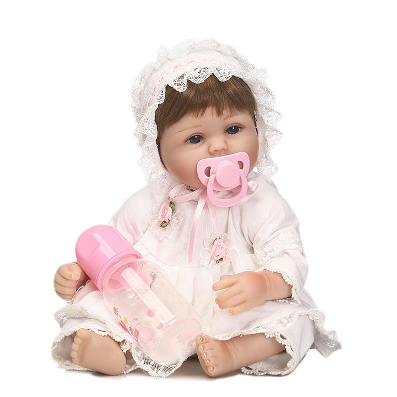 リボーンドール リアル赤ちゃん人形 小さめ40cm かわいいベビー人形 ハンドメイド海外ドール 衣装とおしゃぶり・哺乳瓶付き クラシカルなベビー服 あどけない表情 ちいさめ乳児ちゃん