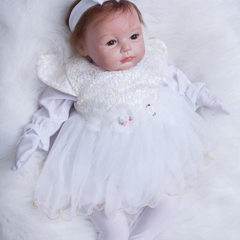リボーンドール リアル赤ちゃん人形 本物そっくり かわいいベビー人形 ハンドメイド海外ドール 衣装付き ブラウンアイ 白いドレス 天使みたいな女の子 新生児ちゃん