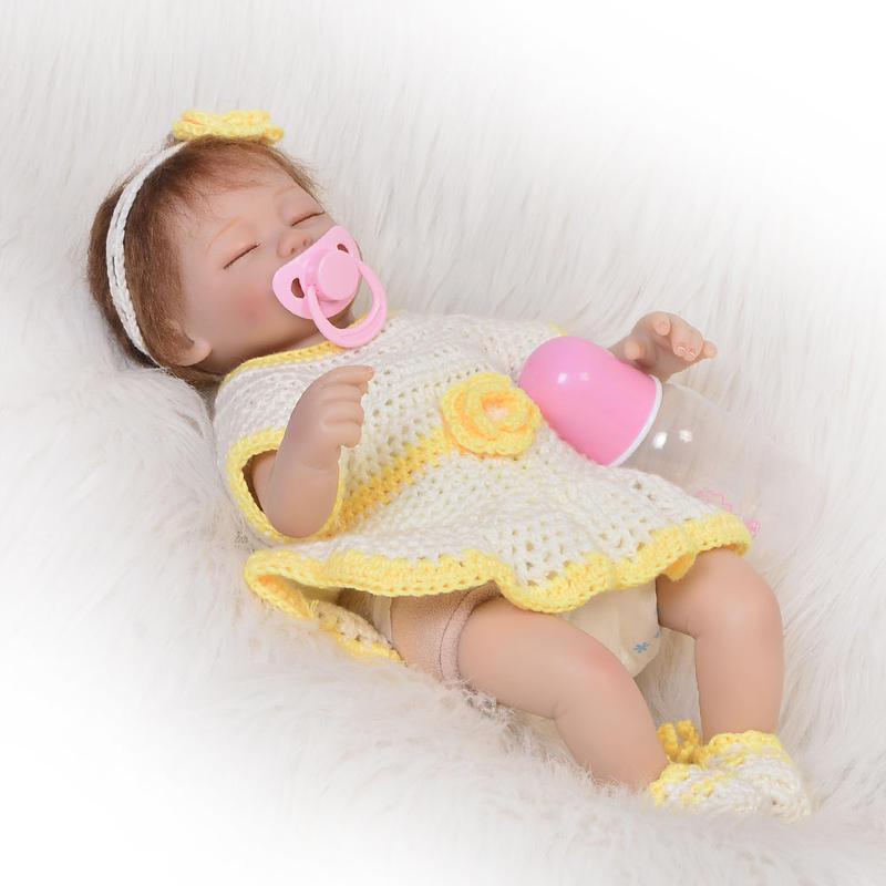 リボーンドール リアル赤ちゃん人形 小さめ40cm かわいいベビー人形 ハンドメイド海外ドール 衣装とおしゃぶり・哺乳瓶付き 明るい黄色の手編みドレスの女の子 クローズアイ すやすやおねんね