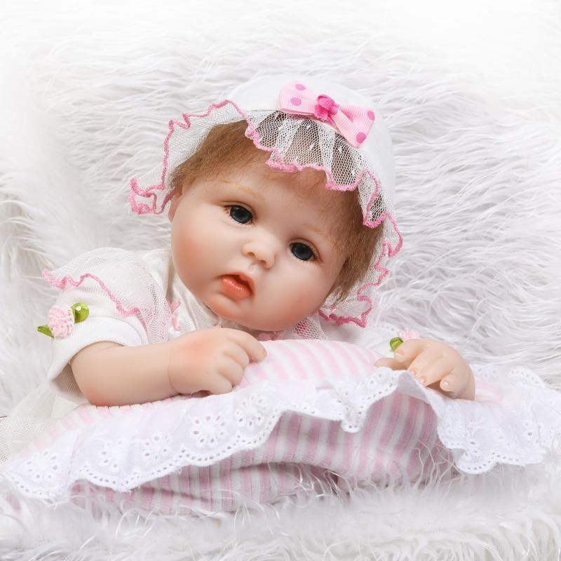 リボーンドール リアル赤ちゃん人形 小さめ40cm かわいいベビー人形 ハンドメイド海外ドール 衣装とおしゃぶり・哺乳瓶付き かわいいお帽子 あどけない表情 やさしいお顔の乳児ちゃん