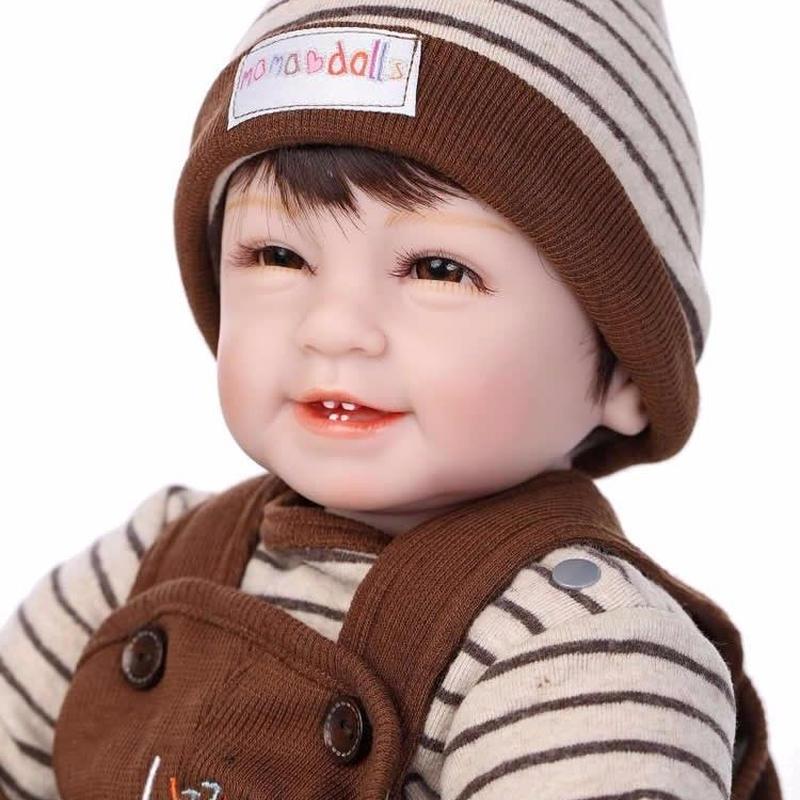 リボーンドール リアル赤ちゃん人形 本物そっくり かわいいベビー人形 ハンドメイド海外ドール 衣装付き ブラウンアイ 笑顔がかわいい あどけない男の子