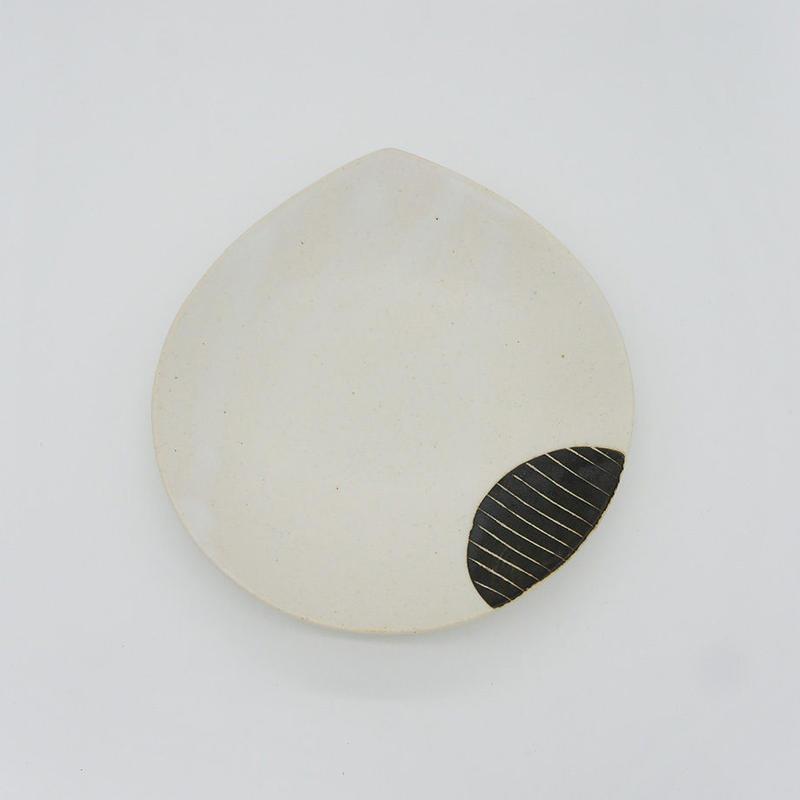 【M007bk】パンとごはんと...  掻き落としの陶器 BEAN PLATE black