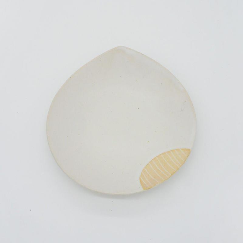 【M007cr】パンとごはんと...  掻き落としの陶器 BEAN PLATE cream